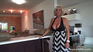 Vollbusige blonde MILF saugt und schluckt Sperma