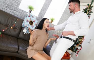 Alyssa Bounty, Maximo Garcia – Große Überraschung für Weihnachten (GirlsRimming)